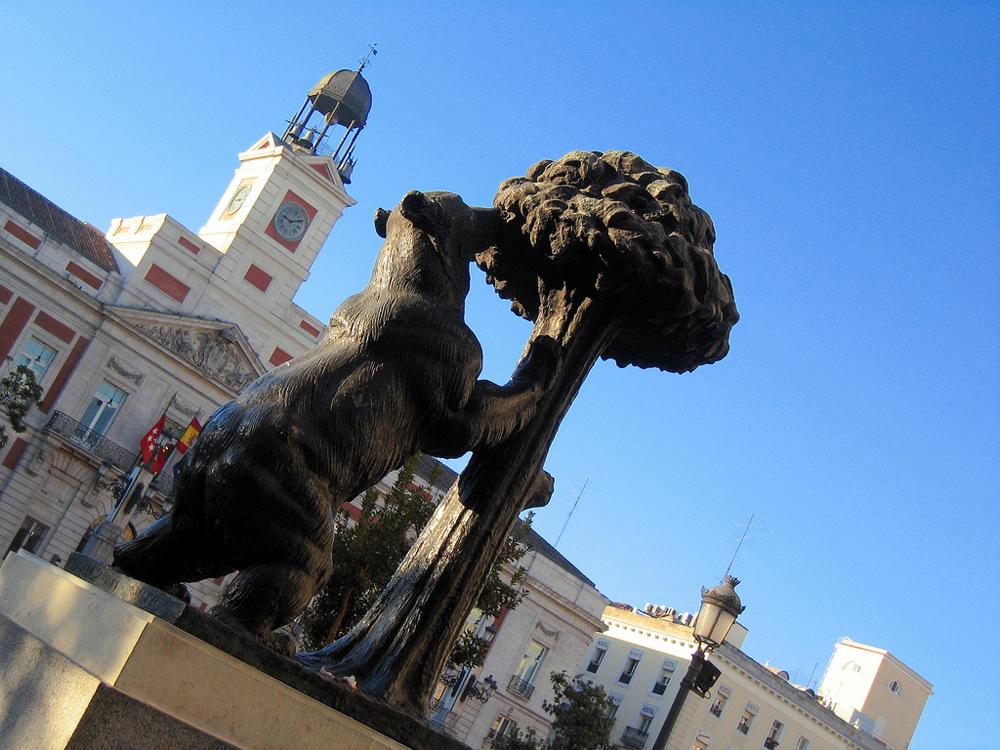 Символ Мадрид -куст земляники, с медведем